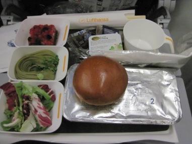 Ich war wirklich überrascht, wie lecker das Flugzeugessen war. Unter der Alufolie befand sich Curry mit Tofu und Reis!