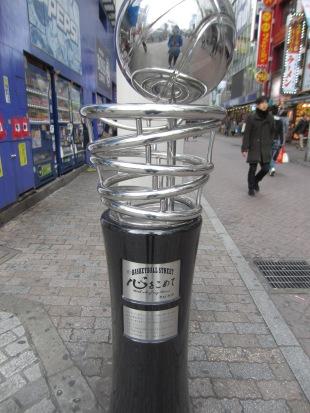Japan liebt Basketball! Auf der Basketballstreet kann man ordentlich Merch kaufen