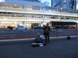 Straßenkünstler vor dem Bahnhof Shinjuku