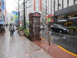 Neben der Londoner Telefonzelle und daneben eine moderne Sitzbank