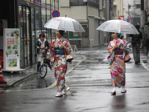 stylisch mit durchsichtigem Regenschirm