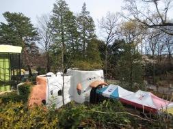 zuvor hat es geregnet, daher haben die Mitarbeiter für uns Wartende Zelte aufgebaut
