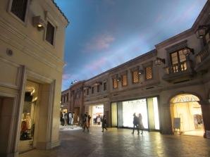 Einkaufszentrum mit blau bemaltem Himmel