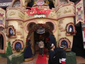 der Disney Store hat sich für den Release von DIE SCHÖNE UND DAS BIEST mächtig herausgeputzt... alle drei Stockwerke sind nur für diesen Film mit Merch befüllt worden *kreisch*