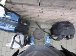 mein Reisegepäck und am Boden die Rückseite der 100 Yen Münze - eine Kirschblüte natürlich